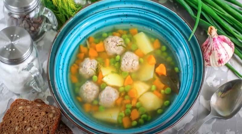Рисовый суп с фрикадельками и зеленым горошком