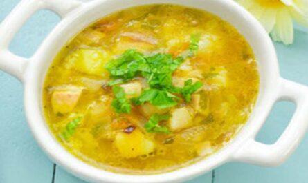 Суп с сырными клецками и шампиньонами на курином бульоне