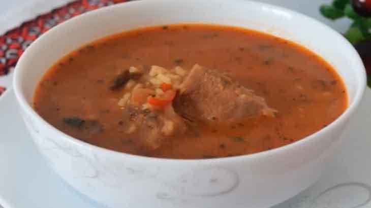 Густой рисовый суп с говядиной и сельдереем
