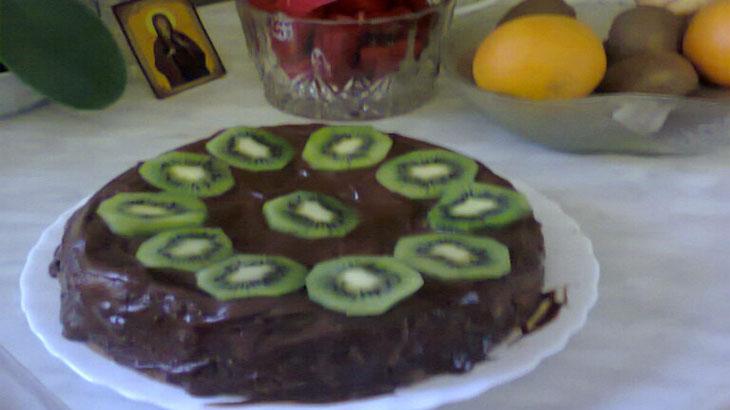 Шоколадный торт с киви