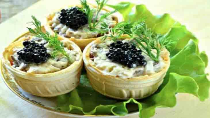 Салат из тунца с маслинами и фетой