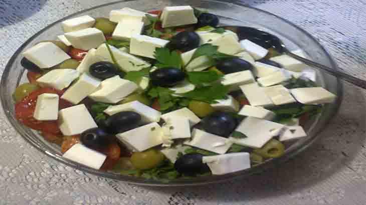 Итальянский салат с сыром и овощами