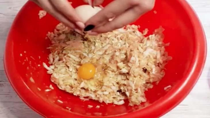 Добавление яиц в фарш для голубцов