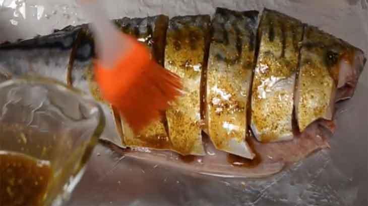 Смазывание скумбрии соусом