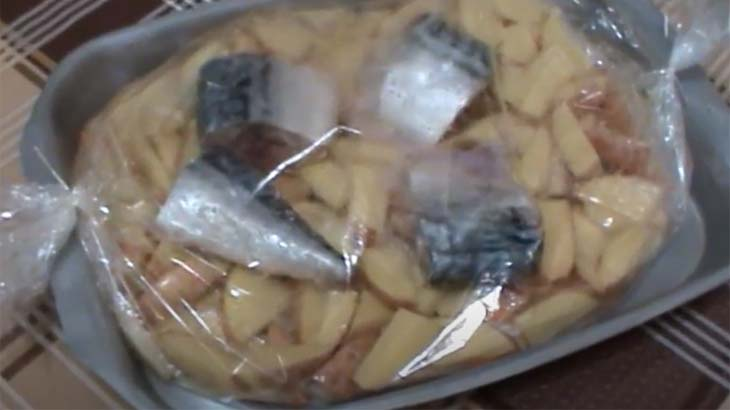 Картофель и скумбрия в пакете для запекания