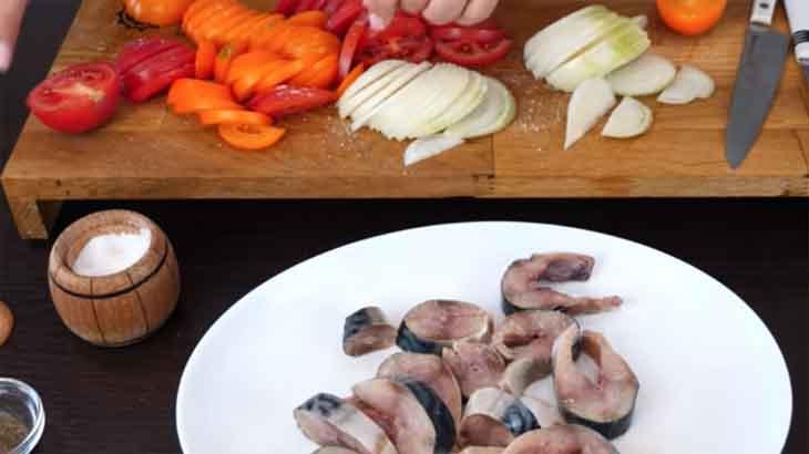 Скумбрия и овощи, подготовленные для запекания