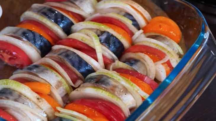 Скумбрия, помидоры и лук в форме для запекания