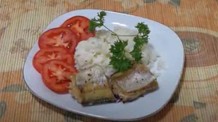 Рыба с рисом на тарелке