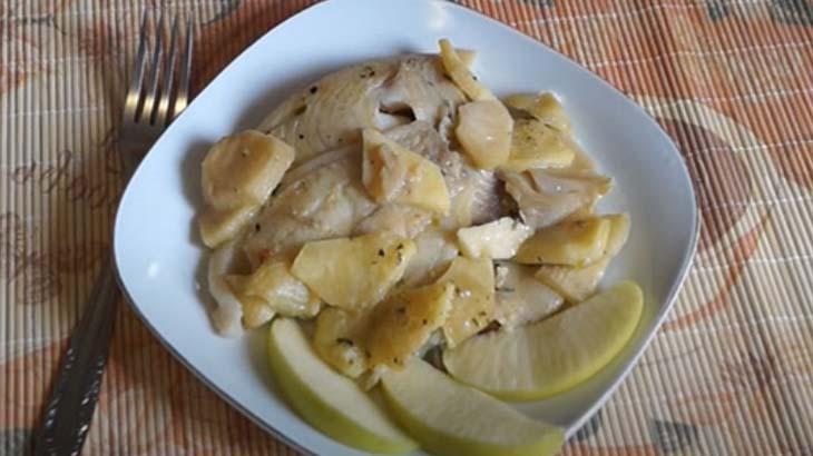 Рыба с яблоками на тарелке