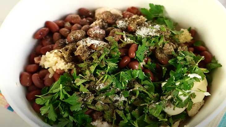 Заправка и специи в салате