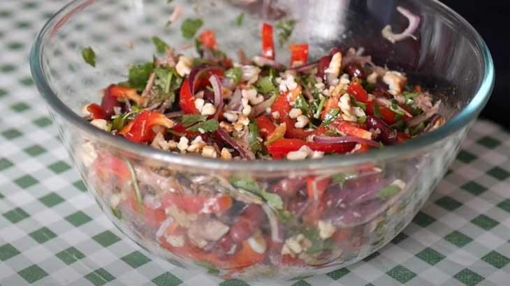 Красочный салат с орехами, перцем и фасолью