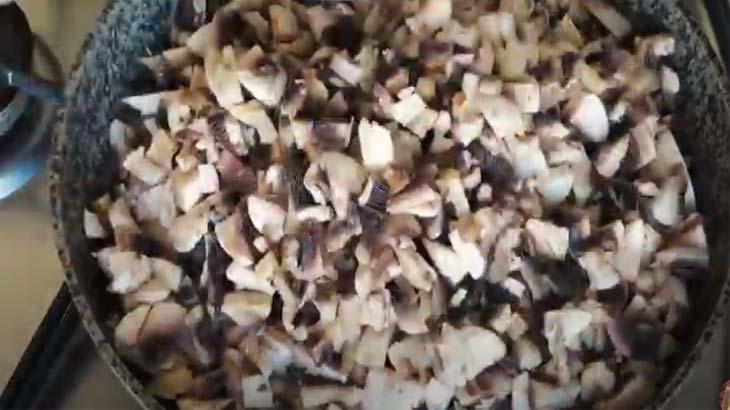 Измельченные грибы на сковороде